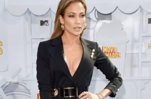 Jennifer Lopez ousa no decote no MTV Movie Awards. Veja mais looks!