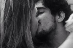 Renato Góes posta foto beijando Tatá Werneck no Instagram: 'A gente se diverte'