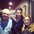 Gusttavo Lima ao lado dos atores Antonio Fagundes e Susana Vieira nos bastidores de gravação da novela 'Amor à Vida'