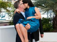 Alec Baldwin levanta Hilaria Baldwin no colo e a beija em photocall em Cannes