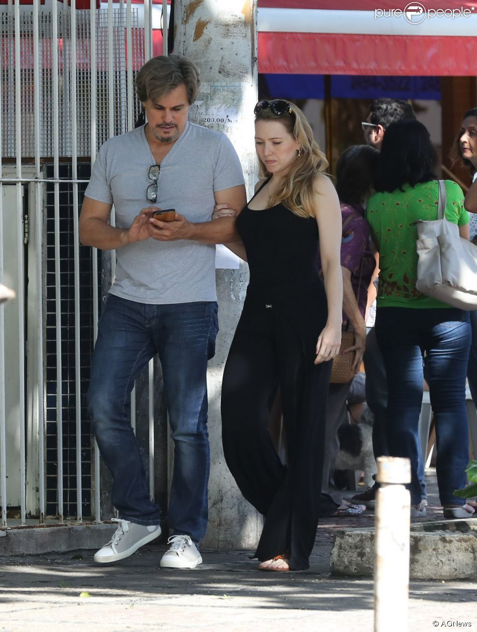 Edson Celulari aproveitou o domingo para passear com a namorada, Karin Roepke, na Barra da Tijuca, Zona Oeste do Rio de Janeiro, na tarde deste domingo, 26 de abril de 2015