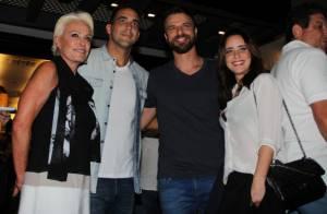 André Marques recebe ex-namorada em evento e ganha selinho de Ana Maria Braga