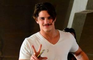 Romulo Neto exibe novo visual ao embarcar de cabelo curto em aeroporto no Rio