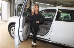 Danielle Winits posa estilosa e sorridente com carrão emprestado de R$ 200 mil