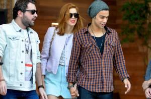 Sophia Abrahão e Sergio Malheiros passeiam de mãos dadas por shopping do Rio