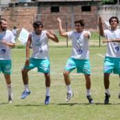 Atores festejam gol com coreografia de 'Gangnam style' em jogo beneficente
