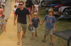 Luciano Huck leva os filhos Joaquim e Benício para campeonato de surfe no Rio