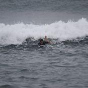 Vladimir Brichta surfa com o filho de Adriana Esteves em praia carioca