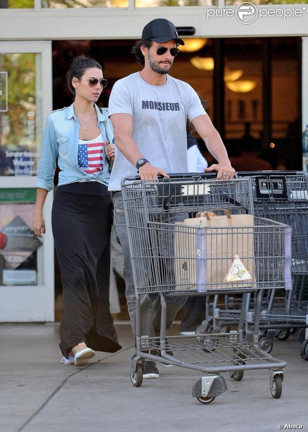 Rodrigo Santoro e Mel Fronckowiak saem juntos de supermercado em Los Angeles, nos Estados Unidos, em 30 de maio de 2013