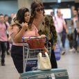 Depois de descobrir a traição, Perséfone ( Fabiana Karla ) vai buscar a amiga Patrícia (Maria Casadevall) no aeroporto