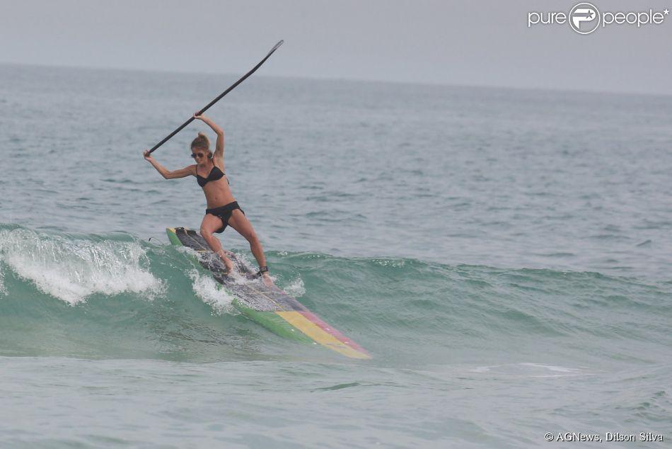 Fernanda de Freitas levou um tombão na praia da Barra da Tijuca, no Rio de Janeiro, enquanto praticava stand up paddle na manhã deste sábado, 23 de maio de 2015