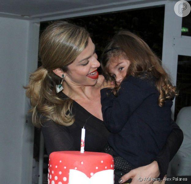 Sofia, filha de Grazi Massafera e Cauã Reymond, ganhou festa surpresa após assistir ao musical 'Disney On Ice: Tesouros Disney'