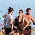 Fernanda Lima, que costuma curtir dias de praia com o marido, Rodrigo Hilbert, estava acompanhada só de amigos na tarde deste domingo