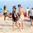Fernanda Lima exibiu a boa forma de biquíni na praia do Leblon, Zona Sul do Rio de Janeiro, neste domingo, 24 de maio de 2015