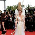A apresentadora russa Elena Lenina chamou a atenção pelo penteado e pelo decote no segundo dia do Festival de Cannes 2015