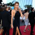A modelo holandesa Doutzen Kroes prestigiou o 8º dia do Festival de Cannes usando um modelo com fenda lateral