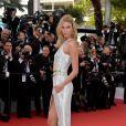 A modelo Karlie Kloss apostou em um vestido Atelier Versace com fenda para o primeiro dia do Festival de Cannes