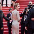 Detalhe do decote nas costas do vestido de Emily Blunt no sétimo dia do Festival de Cannes