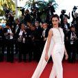 Outra tendência no tapete vermelho do Festival de Cannes foi a capa, adotada por famosas como a atriz Cansu Dere