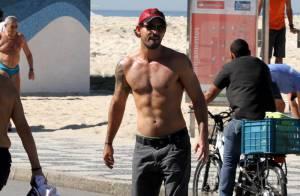 Juliano Cazarré anda de skate e exibe boa forma em praia do Rio