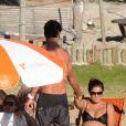 Grávida de 8 meses, Juliana Paes recebe ajuda do marido para se levantar em praia de Búzios