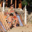 Juliana Paes descansa sentada em uma cadeira ao sair da praia, em Búzios