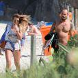 Paulinho Vilhena troca carinhos com loira e dá olhada indiscreta em praia do Rio, nesta quinya-feira, 28 de maio de 2015