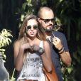 Depois de curtir a praia, Paulinho Vilhena e a amiga foram almoçar em um restaurante na praia da Macumba, no Rio, nesta quinta-feira, 28 de maio de 2015