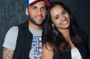 Thaíssa Carvalho e Daniel Alves ficam juntinhos depois do jogo da Seleção