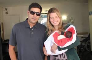 Debby Lagranha deixa a maternidade sorridente com Maria Eduarda nos braços