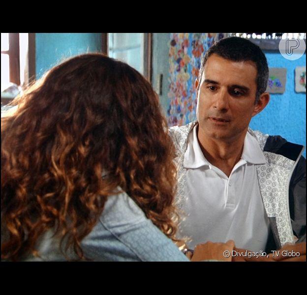 Carlos Alberto (Marcos Pasquim) abre o coração para Regina (Camila Pitanga) e diz que quer ser mais que só amigo dela, na novela 'Babilônia', em 16 de junho de 2015