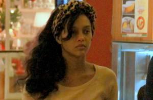 Sozinha, Taís Araújo vai a shopping e dispensa maquiagem em passeio no Rio