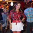 De maria-chiquinha, Viviane Araújo usou camisa xadrez amarrada, saia curtinha, meia calça e bota de salto em festa junina organizada pela cantora Alcione