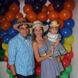 Debby Lagranha e o marido, Leandro, entraram no clima de festa junina para comemorar 1 ano da filha, Maria Eduarda, em junho de 2014