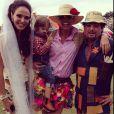 Adriane Galisteu investiu em camisa xadrez, saia de retalhos e chapéu de palha para festa junina