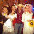 Juliana Paes e Bruna Linzmeyer apareceram com diferentes vestidos de noiva na festa junina do elenco da novela 'Meu Pedacinho de Chão'