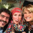 Xuxa curtiu uma festa junina recentemente com a mãe, Alda, e o namorado, Junno Andrade, devidamente caracterizada e pintou até o dente de preto