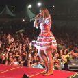 Ivete Sangalo fez um show em clima de festa junina combinando um vestidinho tradicional com bota