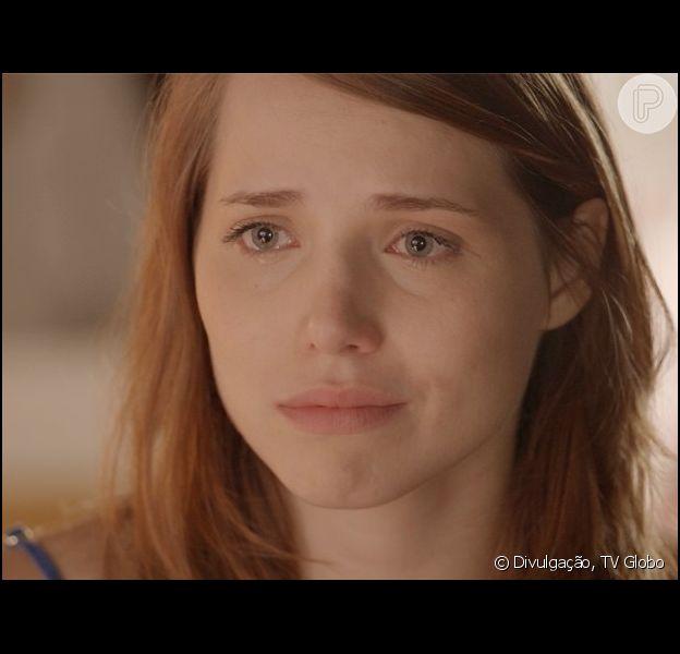 Elisa (Leticia Colin) se emocina ao falar com Júlia (Isabelle Drummond) das inseguranças que tem por ser virgem, na novela 'Sete Vidas', em 18 de junho de 2015