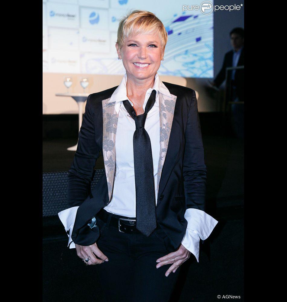 Xuxa passou a usar o estilo boyish após ser contratada pela Record. Visual 'masculino' incomodou fã: 'Imagino que dá para ficar com um visual mais feminino'. Xuxa respondeu: 'Respeito sua opinião. Respeite minhas escolhas', disse ela no Facebook