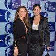 Rita Guedes posa ao lado de Daniela Escobar na entrada do Prêmio de Música Brasileira. As duas estão no ar em 'Flor do Caribe'