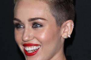 Após sair com Justin Bieber, Miley Cyrus exibe acessório dourado nos dentes