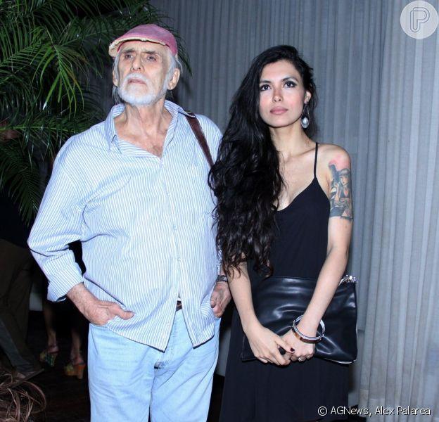 Francisco Cuoco vai contracenar com a namorada, Thaís Almeida, 53 anos mais nova, na peça 'Complicações', que aborda a questão da diferença de idade através da história de um contador idoso que se encanta por sua estagiária