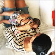 Carolina Ferraz posta foto amamentando a filha, Anna Izabel: 'Minha princesinha'