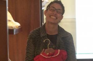 Após separação, Giselle Itié aparece sem aliança e sorridente durante compras