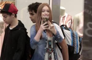 Acompanhada da mãe, Marina Ruy Barbosa brinca com paparazzo em shopping