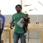 Thiago Lacerda e Vanessa Lóes passeiam com os filhos em shopping do Rio