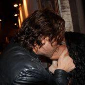 Igor Rickli troca beijos com mulher após apresentação de 'Tim Maia - Vale Tudo'