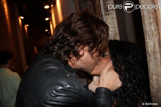 Igor Rickli troca beijos com esposa Aline Wirley após apresentação de 'Tim Maia - Vale Tudo'