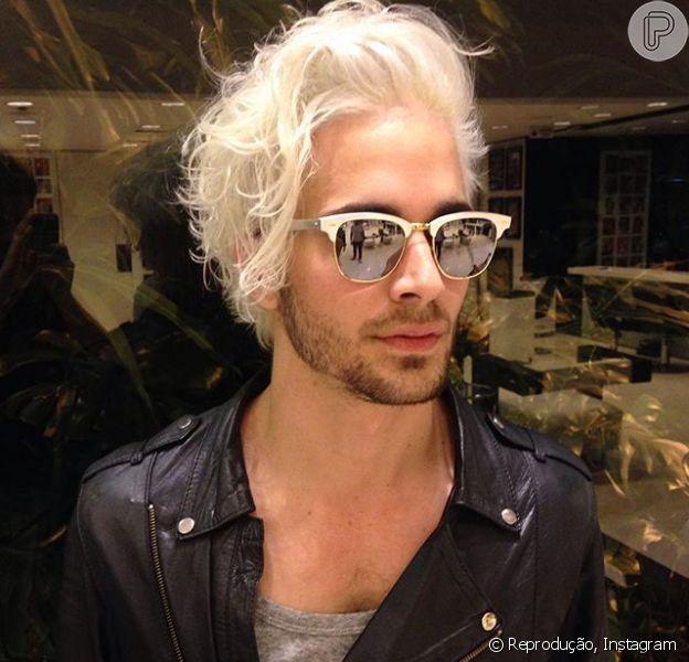 Fiuk está ainda mais loiro! Depois de clarear os cabelos agora o cantor platinou totalmente os fios